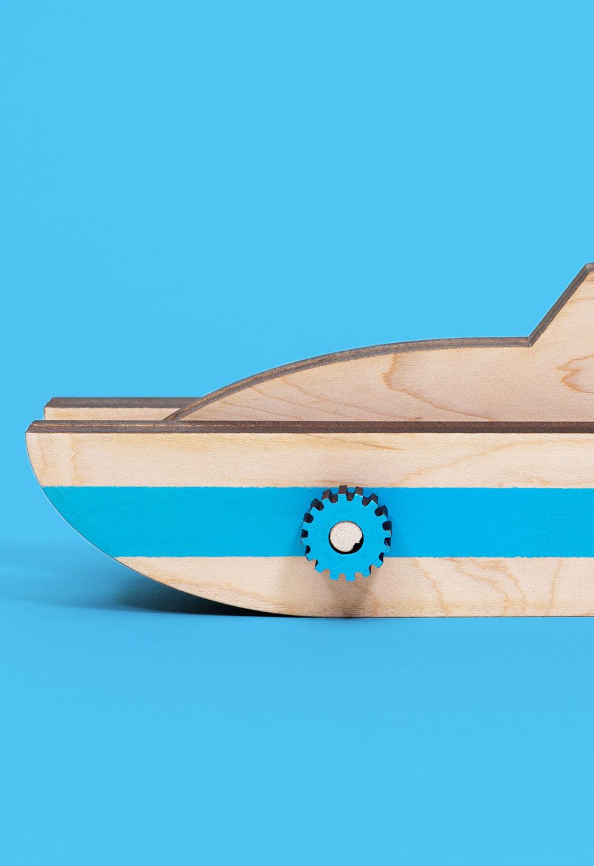 moto_tall_boat